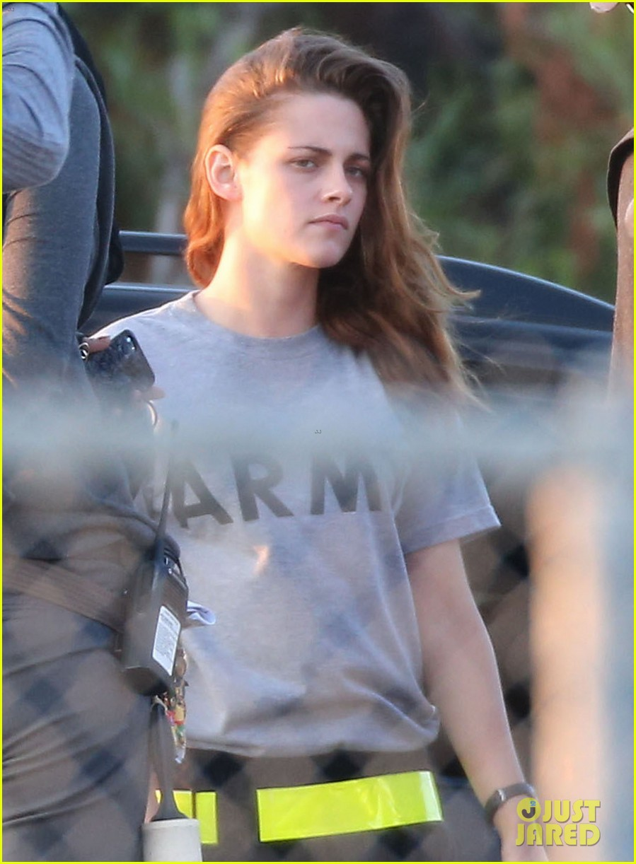 kristen stewart does army exercises for camp x ray scenes 12