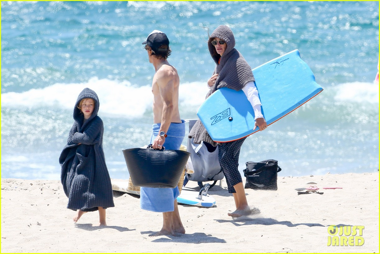 julia roberts family beach day with shirtless danny moder 132935002