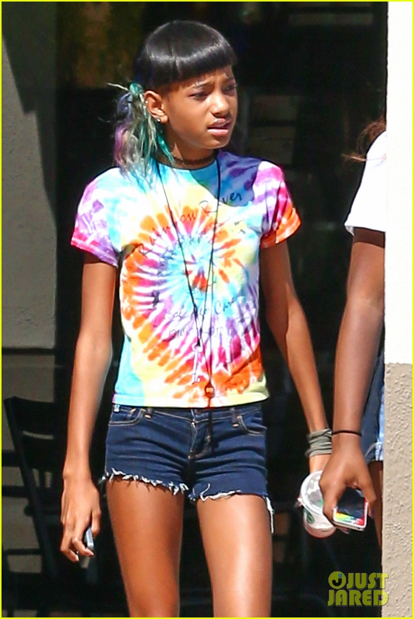 willow smith matches tye dyed hair with tye dyed shirt 022930673