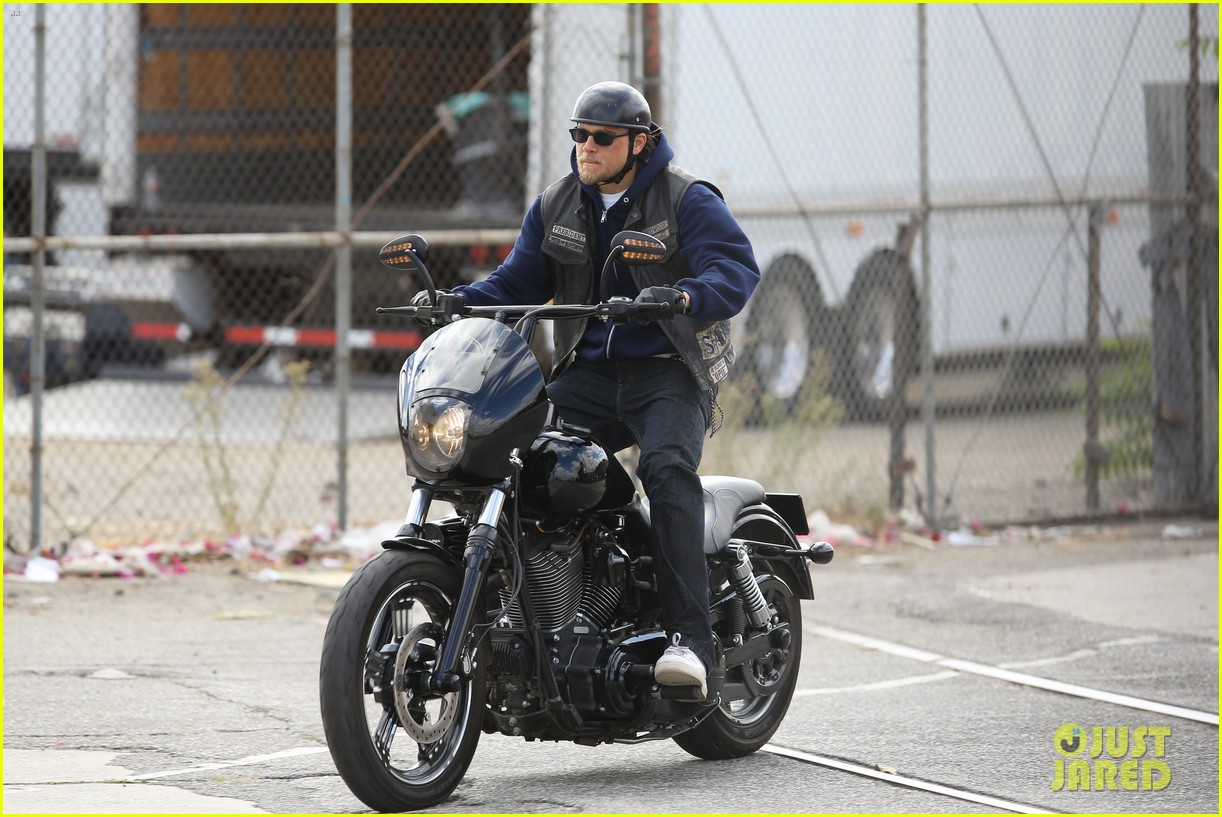charlie hunnam goes undercover on sons of anarchy set 142960328