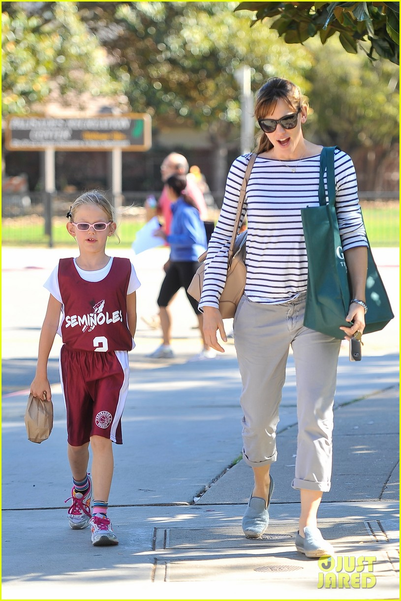 jennifer garner takes violet to her basketball game 292962649