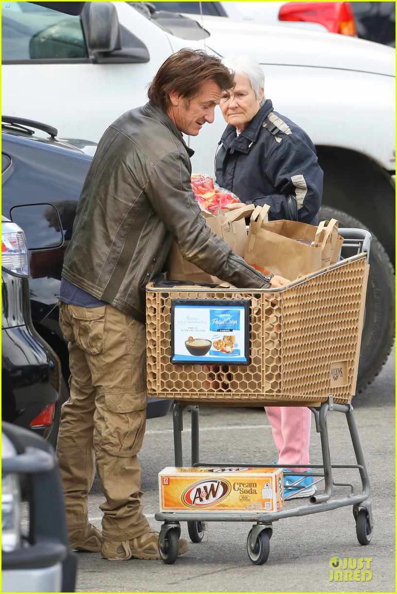 charlize theron sean penn grocery stop before the super bowl 22