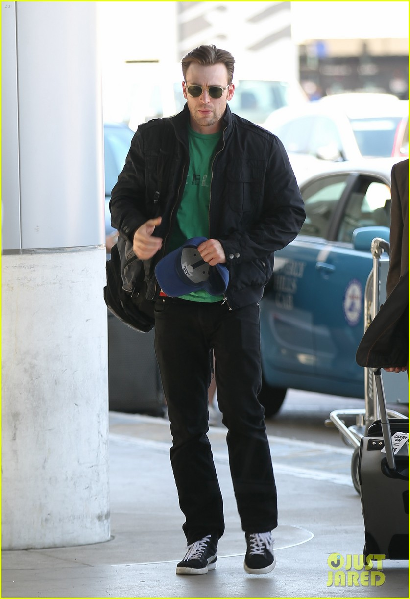 captain america takes flight chris evans keeps low profile at lax 023111369