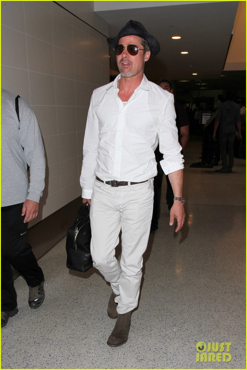 brad pitt wears all white for his lax arrival 183678064