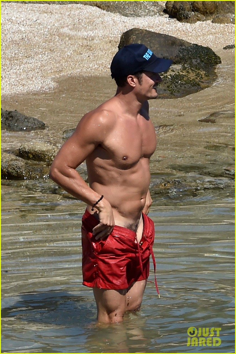 orlando bloom bares butt flaunts pda with katy perry new beach photos 053728173